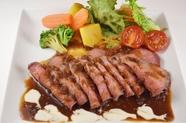 肉の旨みをギュッと閉じ込めた『特製ローストビーフ』