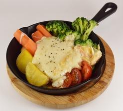 フレッシュな味わいが絶品『北海道産チーズ ラクレット』(焼きチーズと野菜・厚切りベーコンのプレート)