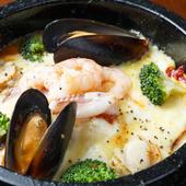 石焼ならではのおこげがおいしい『魚介とトマトの海賊ドリア』