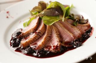 しっとりとした鴨肉に、ベリーとバルサミコのソースが相性抜群『鴨胸肉のロースト』