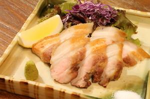 臭みがなく、脂もさっぱり。静岡のブランド豚『TEA豚(ティートン)塩炙り』