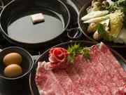 厳選された米沢牛のリブロースを使用した味わい深い一品。地産地消にこだわっており、野菜も地元産です。米沢牛ロース150g、野菜セット、生たまご 1人前