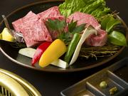 米沢牛サーロイン100g、米沢牛ヒレ100gを盛り合わせたボリュームメニュー。お肉は、炭火で焼いて極上のおいしさを堪能できます 。
