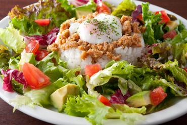 ボリューム抜群!! フレッシュ野菜とパティのおいしさが刺激的。体にやさしい手づくり『A・B・Cバーガー』