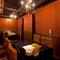 おしゃれなシャンデリアが輝く。最大20名様収容可能な個室