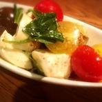 スモークモッツァレラチーズとカラフルトマトのカプレーゼ