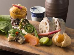 献立一例  先付け 自家製胡麻豆腐 造り 天然生本鮪 雲丹 赤貝 強肴 新秋刀魚寿司 御食事 ずわい蟹御飯