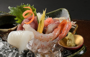 3~4種類ほどの旬魚を合わせ、味わいや彩りなどにも心意気を感じられる一品。季節の味覚がふんだんです。