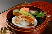 この日のメニューは『炙り穴子の豆もちつつみ』。お餅や豆などの具材を丸めお寿司風に味わいます。
