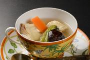 ベースには茶碗蒸し。白身魚や野菜をトッピングし中華風のスープで旨みを閉じ込めました。