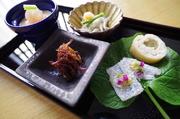 ある時の八寸。 「甘海老の茶碗蒸し」「玉筋魚の釘煮」「玉筋魚のおろし和え」「細魚の卯の花和え」「蕗の信田巻き」 その時良い食材に思いを込めます。