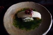 青海苔を餡にしております。あっさりと揚げものを召し上がっていただくために。