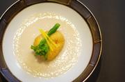 こちらは海老真薯を揚げて、吟醸酒粕のソースで召し上がっていただく一品です。