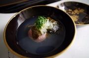 春を感じる椀物です。桜餅に蛤を包んで椀種として楽しんでいただきます。