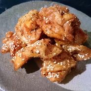 マヨネーズソースを絡める際、仕上げに香ばしく焼き上げるのがポイントです。茎わさびのアクセントも良く、プリプリの海老の食感がソースのまろやかさの中にはじける逸品。