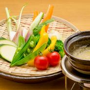 もちもちに仕上げた豆腐と長ネギやみょうがなどの香味野菜を自家製のピリ辛ダレで