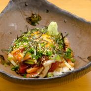色とりどりの野菜の色合いと食感、新鮮な魚介の歯ざわりを思う存分楽しめる逸品です。特製醤油ベースのソースがぴったりの味。