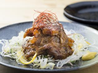 ほろける肉と軟骨の食感がおすすめ『豚パイカの煮込み炙り焼き』
