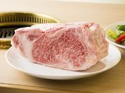 手のひらの温度で脂がとろけると言われるおがた牧場牛のサーロイン。旨みが口の中いっぱいに広がります。