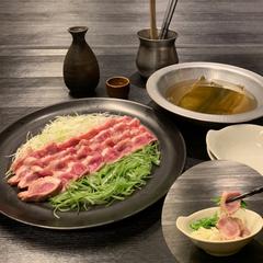 月見マグロで食す牛タン鉄板とろ肉タワー鍋と刺身3点盛り合わせ付き。見た目のインパクトも絶大の鍋!