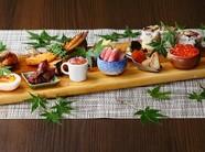 15品目の季節食材が並んだ「季節のメインプレート」
