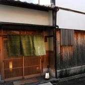 下河原通を少し西へ。京都らしい町並みが旅情を誘います