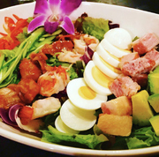 昆布のサラダじゃないですよ!コブさんが考案したハワイのサラダです!海老・アボカド・たまごがたっぷり入った具の多い特徴的なサラダです。サラダ人気不動の1位。