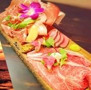 極上国産牛A4リブロース炙り・牛タンロースト・生ハムプロシュート・コッパ・モルタデッラ・サラミ 6種類の生肉を盛り付けた 肉好きにはたまらない極上プレート!