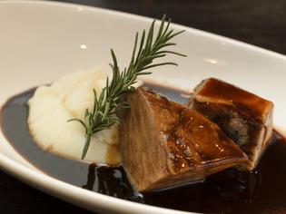 柔らかく、味の深みとコクが楽しめる『牛頬肉の赤ワイン煮込み』