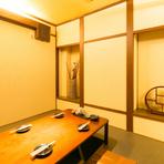 白壁が上品なお座敷の個室は、落ち着いて飲みたいときにぴったり