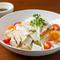 一晩スープに漬け込んだ旨みたっぷりの蒸し鶏『蒸し鶏のスライス野菜サラダ』
