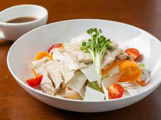 スープに漬け込んだ鶏の旨み 『蒸しどりのスライス野菜サラダ』