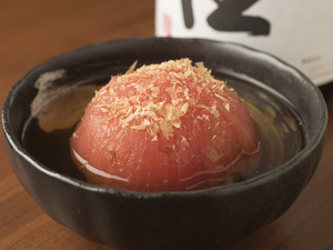 かつおと昆布の冷たいだしに、トマトの酸味が絶妙にマッチ。暑い季節に食べたい『トマトの冷しおでん』