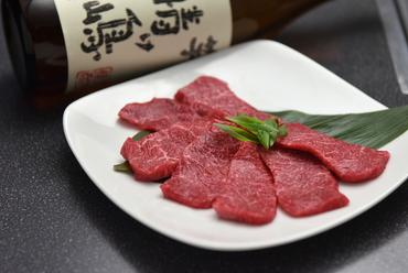 美しいサシが入り、脂がありながら、さっぱりといただける旨味たっぷりの『牛膳ロース』は絶品です