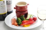 パプリカ、ブロッコリー、トマトをはじめとするフレッシュな野菜をオリジナルのバーニャカウダソースでいただく定番メニュー。
