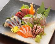 旬の新鮮魚介を市場から直送。新鮮な魚貝をその日のうちにお召し上がりください。  530円~