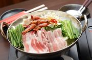 げんちゃん玉ねぎと国産豚軟骨を長時間煮込んだオニオンスープが絶品! 玉ねぎの甘みと豚軟骨の塩分が絶妙なハーモニーを奏でます。素材の味が引き出された極上の美味しさです。1680円/1人前(1人前のみ1850円)