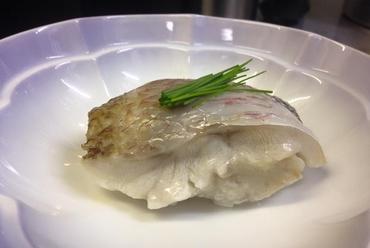 『のど黒蒸し寿司』やさしい口当たり。白身魚の旨みと寿司飯が口の中で溶けあう