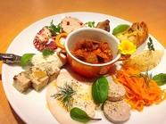 約10種類のシェフ自慢の前菜を気軽に楽しめる『前菜の盛り合わせ』