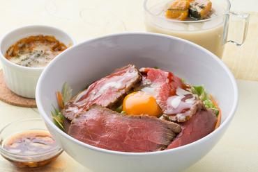 シャキシャキ野菜とやわらかい自家製ローストビーフの食感を楽しむ『熟成ローストビーフ丼』