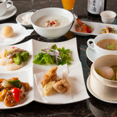 中華の枠にとらわれず、モダンで上質な食器の数々が料理を彩る
