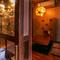 装飾には守り神のシーサが並び、「沖縄の家」を思わせる店内