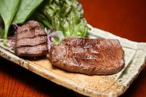 肉厚の牛タンを塩とゴマダレで味わう。肉の味が思い切り楽しめる逸品『牛タンの塩焼き』