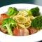 シンプルな味の人気メニュー『厚切りベーコンのペペロンチーノ』