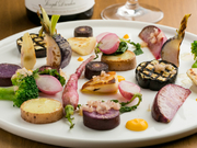 ワインとの相性抜群のフランス田舎風お肉のパテ。肉の持つ美味しさをダイレクトに感じられるように、味付けは最小限に手づくりしています。ピエール・オテイザのジャンボン・アルデュート添え。
