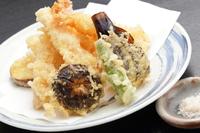 旬の野菜の多彩な味わいと香りを味わえる『天ぷら盛り合わせ』は、藻塩か特製天つゆでどうぞ