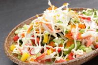 新鮮野菜とボイルしたスワイガニの『かにサラダ』は人気のサイドオーダーメニュー