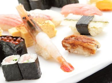 五感に響く美しい盛り合わせ『寿司 桜』で、江戸前寿司の真髄を堪能(にぎり9貫・卵・巻物1本)