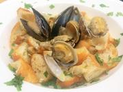 カリッと焼いたクロスティーニの、スープに浸った部分とカリカリの部分との食感の違いや変化が楽しい!