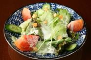 近隣の農家から仕入れている野菜をたくさん食べられる『安定のサラダ』は、シーザードレッシングが決め手